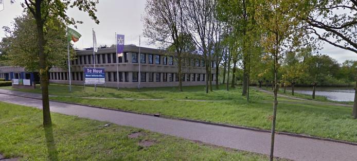 Zwartewaterallee 25, waar nu nog dit kantoorpand staat aan de rand van de Dobbevijver, is een van de locaties die in beeld zijn voor woningbouw.