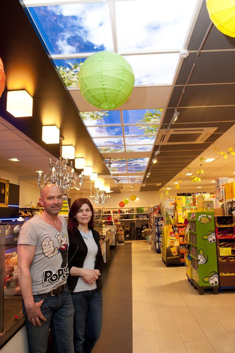 Philippe en Marie-Ange met boven hen de 'zonovergoten hemel', voor het eerst ook in een winkel.