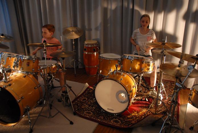 In totaal kwamen donderdagavond tijdens de presentatie van drumschool Rhythm and Progress 13 leerlingen aan bod