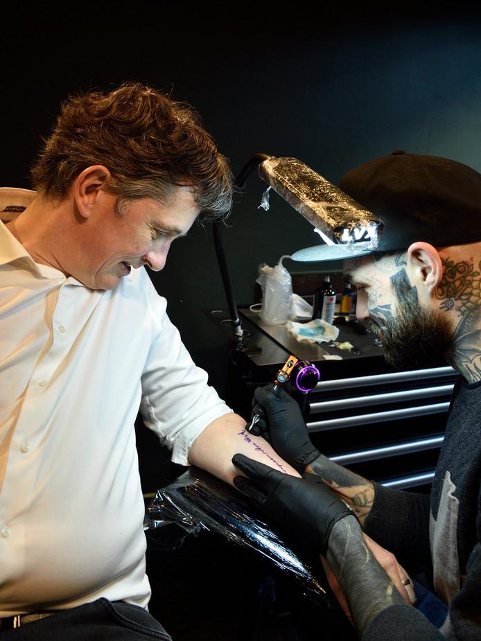Van het 'lijfgedicht' van stadsdichter Pieter Stroop van Renen komt elke regel op het lijf van tien Gouwenaars te staan. De dichter zelf laat de titel tatoeëren.