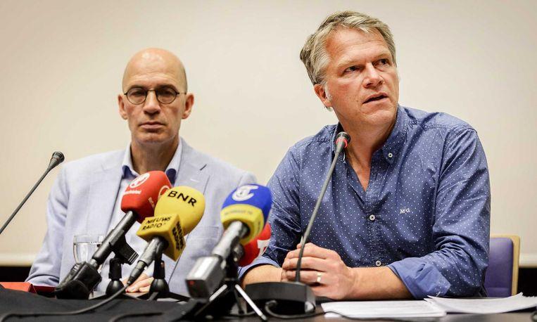 Directeur communicatie Jan Hol en bestuursvoorzitter Wouter Bos tijdens een persconferentie. Beeld anp