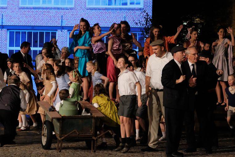 Bij momenten stonden er meer dan honderd figuranten op het Kerkplein