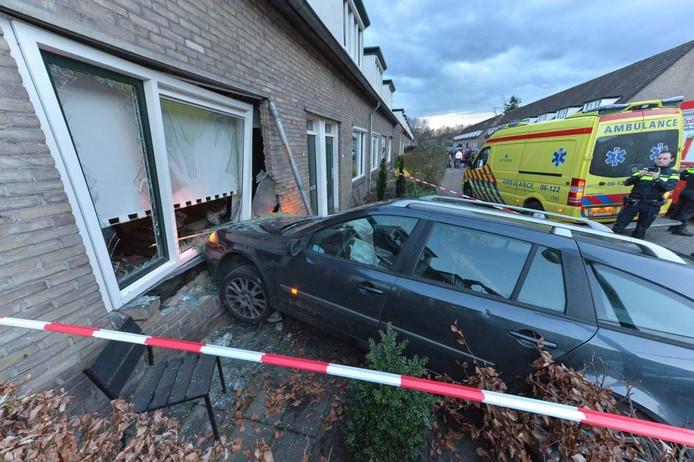 De auto ramde de voorgevel van de woning. Foto Pim Velthuizen