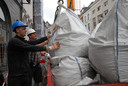 William Heijmans (SON Nederland) en bouwer Ton van Uden nemen een nieuwe lading slooppuin in 'ontvangst'
