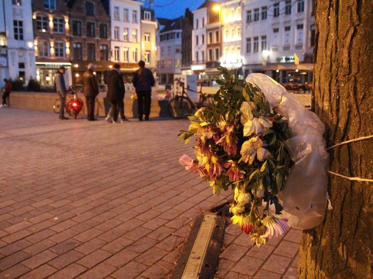 Een bloemenkrans op de Grote Markt, waar Bart Rigole om het leven kwam.