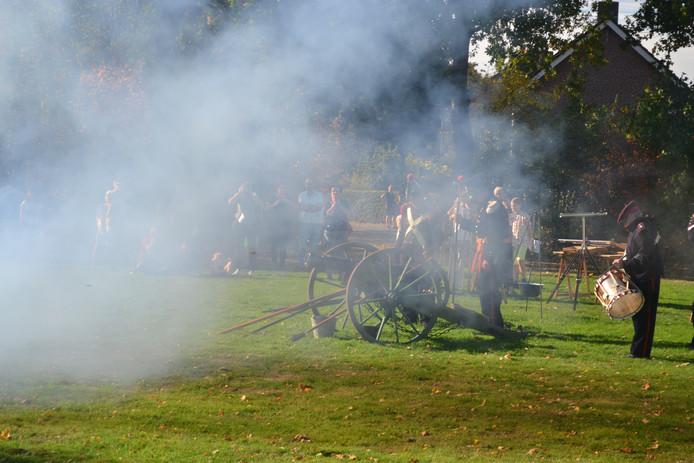 De Bossche Schutterij laat het kanon knallen.