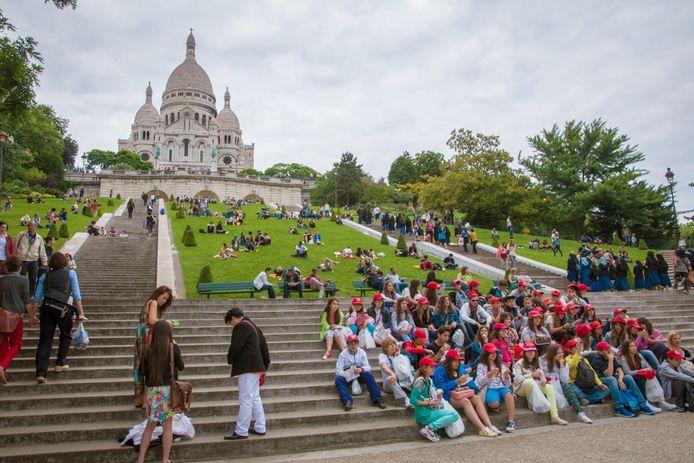Een groep leerlingen op schoolreis in Parijs, nog voor het coronatijdperk.