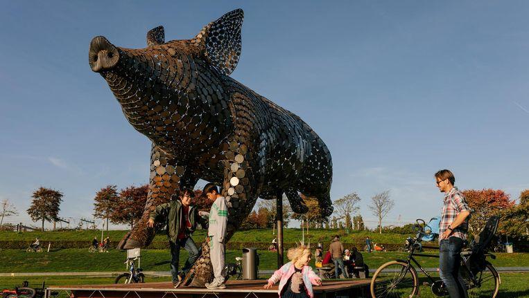Ode aan het varken' van kunstenares Jantien Mook in het Westerpark. Beeld Marc Driessen