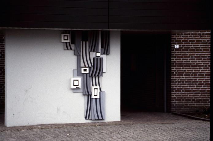 Betonnen plastiek voor de ingang van het vroegere Monuta-uitvaartcentrum aan de Oude Molenweg. Foto Fotoclub Raalte/reproductie Gerard Vrakking