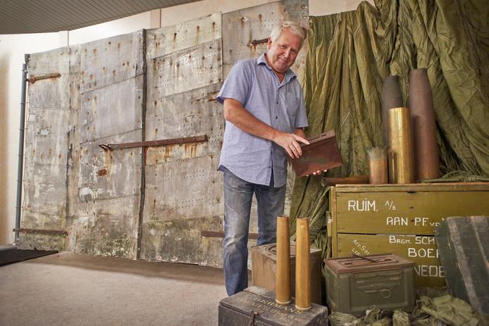 Joop van Lankvelt bij een deur gemaakt van vliegtuigvleugels, op de expositie in het Heemhuis in Boekel.