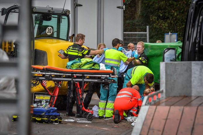De persoon kwam onder een machine terecht, die van een aanhanger schoof.