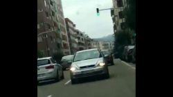 VIDEO: Automobilist rijdt 3 kilometer lang achterwaarts door Spaanse stad