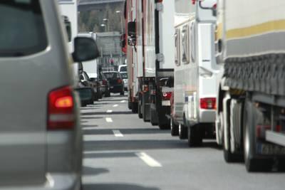 Ongeluk met meerdere vrachtwagens op A16 bij Hazeldonk, verkeer kan beter omrijden