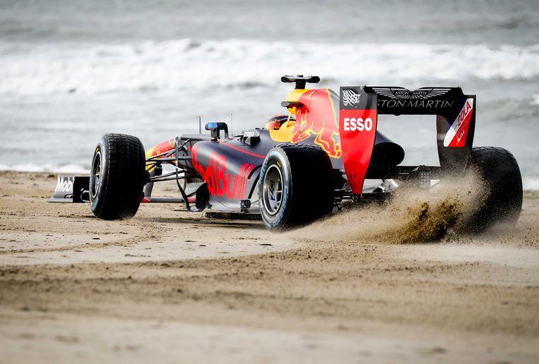 Racewagens van Red Bull Racing zijn op het strand van Scheveningen voor opnames van een promotiefilm voor de Formule 1 van Zandvoort. Beeld ANP