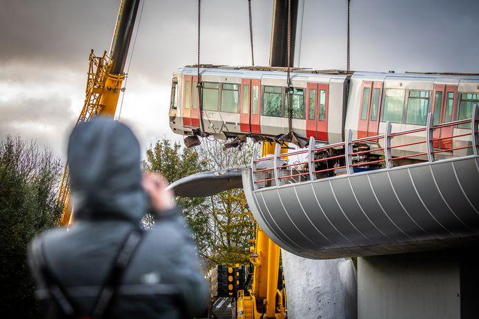 Het kostte vaklui dinsdag uren en uren om het momenteel beroemdste metrostel  van de wereld te bergen