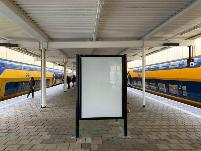 Een lege reclamezuil op Leiden Centraal.