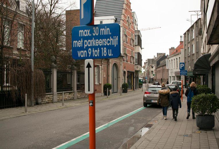 De groen omlijnde winkelparkeerplaatsen, zoals hier in de Kokkelbeekstraat, blijken een schot in de roos. De stad gaat het aantal opdrijven tot zo'n 65 in de stadskern.