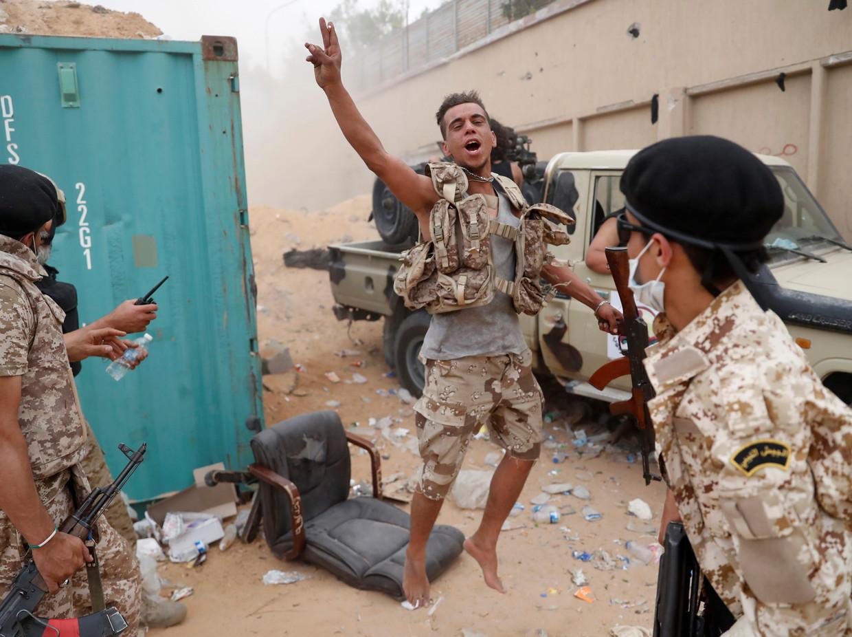 Soldaten van de regering van premier Serraj vechten in de buitenwijken van Tripoli.  Beeld REUTERS
