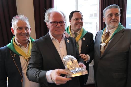 Kikvorschen-voorzitter Bertie van den Heuvel (links) bij de uitreining van de Moeder Truus Poffer.