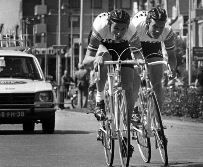 Arie Hassink (voorop) en Leo van Vliet tijdens de koppeltijdrit van Olympia's Ronde in 1976. foto Cor Vos
