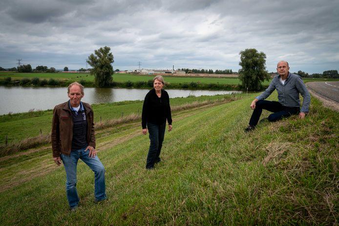 Jan Rasing, voorzitter van Dorpsraad Loo (links), en omwonenden Thecla van Schalkwijk en Ben van den Brink kondigen aan dat ze zich met hand en tand zullen verzetten tegen de windturbines op het terrein van de steenfabriek.