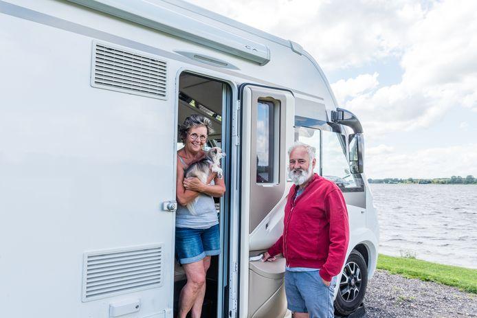Het Vlaamse echtpaar Bormans met hondje Charlotte bij hun camper op het nieuwe camperpark Nijkerk aan Zee, aan de boorden van het Randmeer.