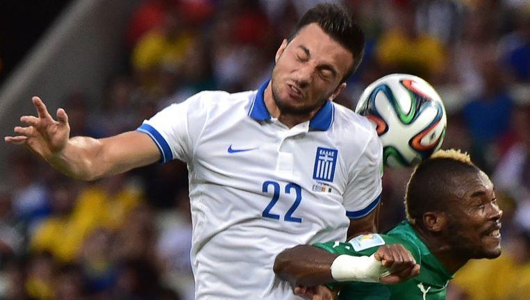 De Griek Samaris in duel met Ivoriaan Geoffroy Serey Die Beeld AFP