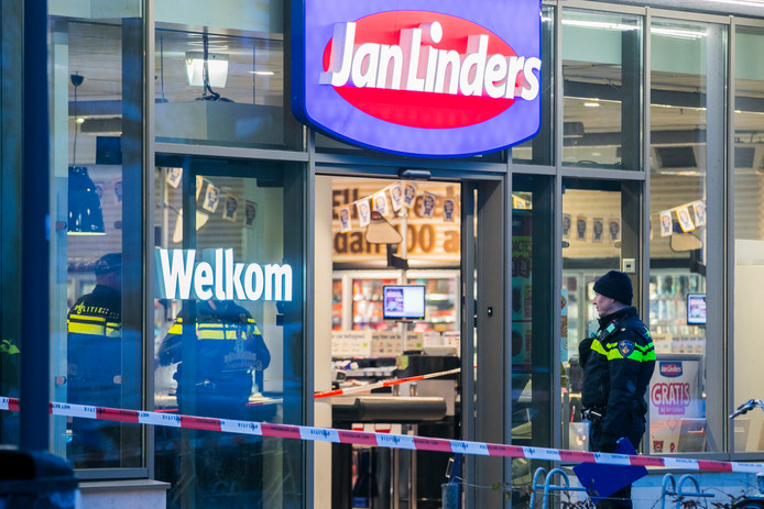 De politie is een groot onderzoek begonnen. Een gebied rond de supermarkt is afgezet.