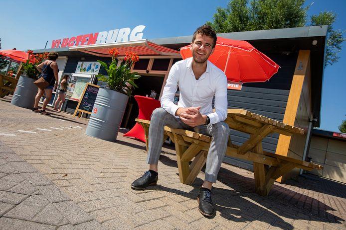 Met verbazing kijkt Joran Pronk van strandpark Vlugtenburg ('s-Gravenzande) naar de prijzen van sommige collega's, die deze zomer behoorlijk zijn opgekrikt