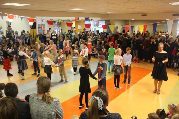 Dansen in de hal van de Shalomschool, afsluiting van de Kinderboekenweek.