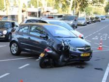 Flinke botsing tussen auto en scooter op Troelstrakade