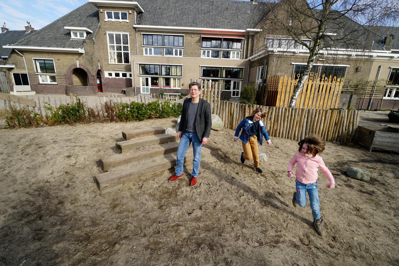 Harrie Gubbels, directeur van vrije school Meander in Nijmegen, voor de school aan de Celebesstraat.
