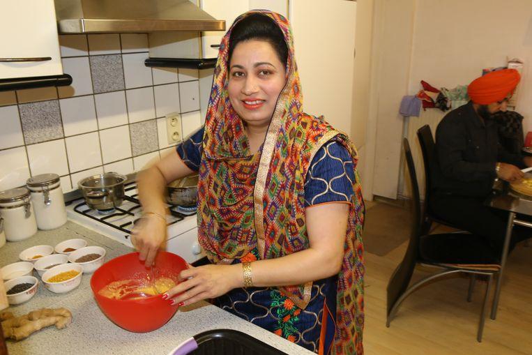 Jaspreet is druk bezig in de keuken. Moet ook wel, want het doel is honderd mensen een lekkere hap voor te schotelen.
