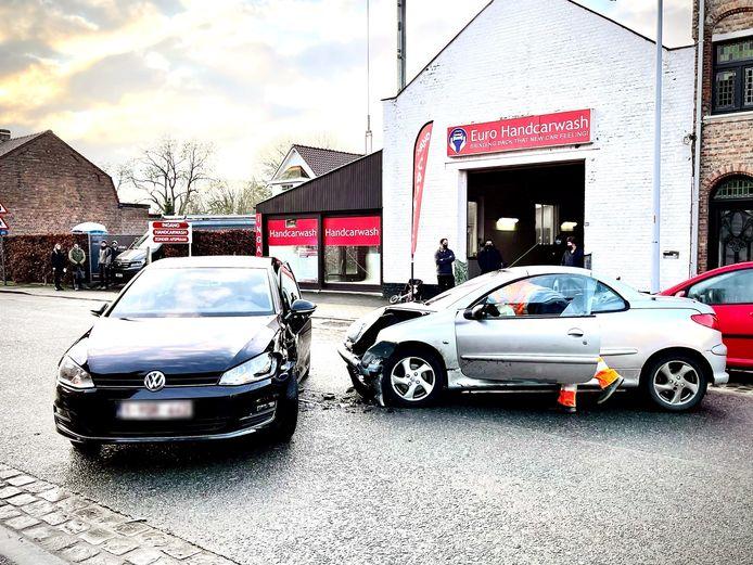 Een bestuurster werd aangereden toen ze met haar pas gewassen wagen de carwash wilde verlaten.