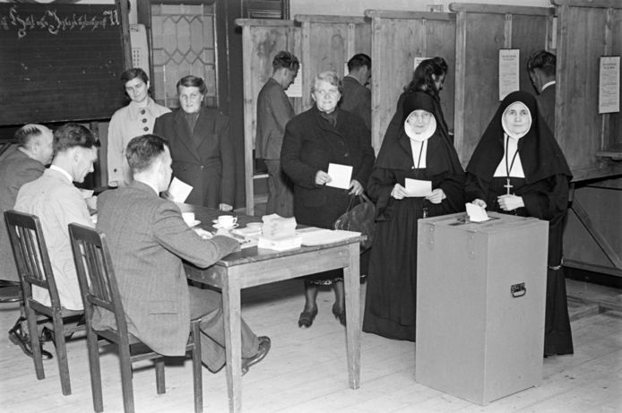 Nonnen brengen hun stem uit voor de gemeenteraadsverkiezingen van 1949 in het stembureau in de meisjesschool aan de Arendsvlucht.