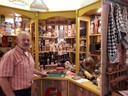 In een oude winkeletalage staan allerlei rookwaren. Foto Janneke Hobo