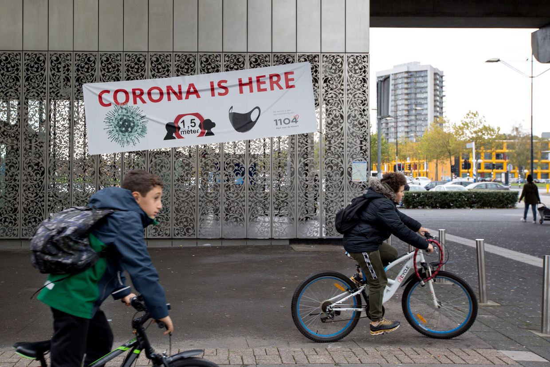Het buurtcomité in de Bijlmer heeft banners opgehangen om de bewoners over de aanwezigheid van het virus te informeren.