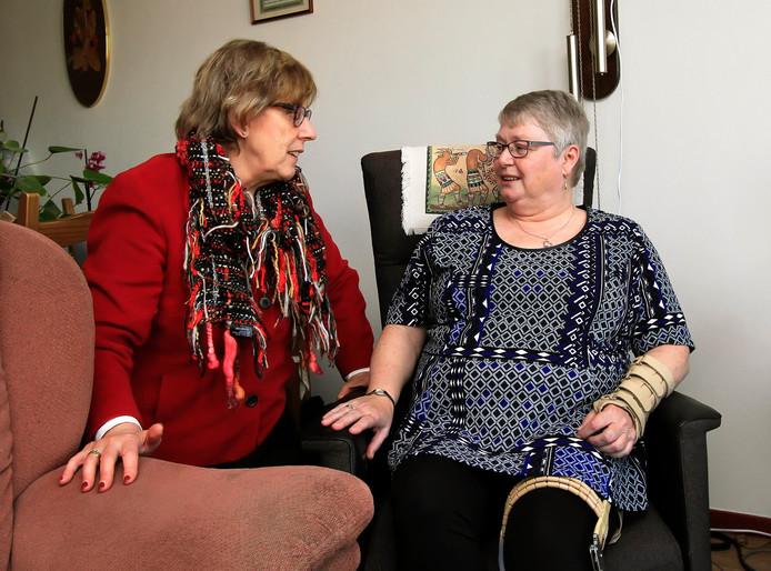 Burgemeester van Rijnbach maakt een praatje met mevrouw van den Heykant, één van de 50 deelnemers in Etten-Leur.