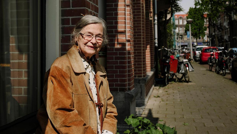 Ena Breukelaar, even terug in de vensterbank van haar vroegere huis.