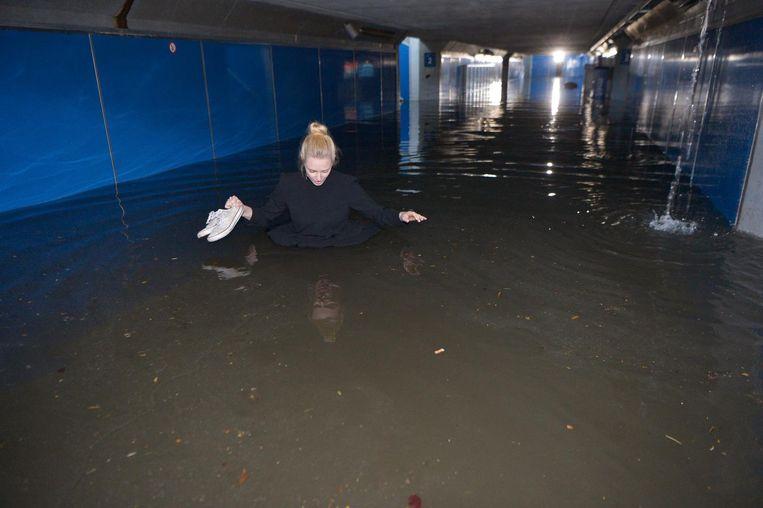 Langs de tunnel onder het station naar een ander perron was geen optie. Céline De Cloet probeerde het, maar staakte haar poging toen ze al tot haar middel in het water stond.