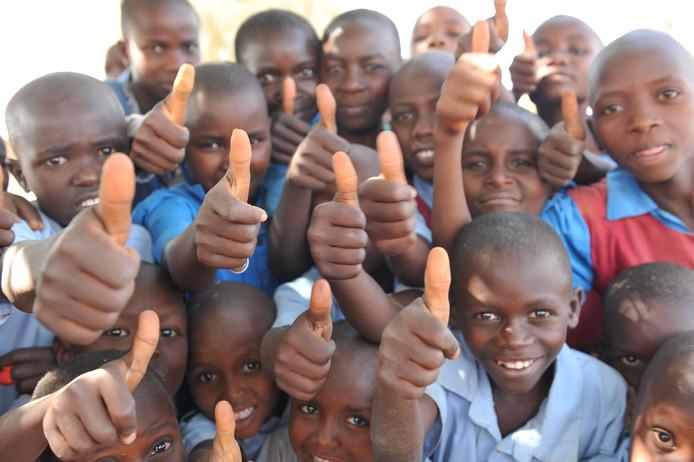 Kinderen zijn blij met de hulp.