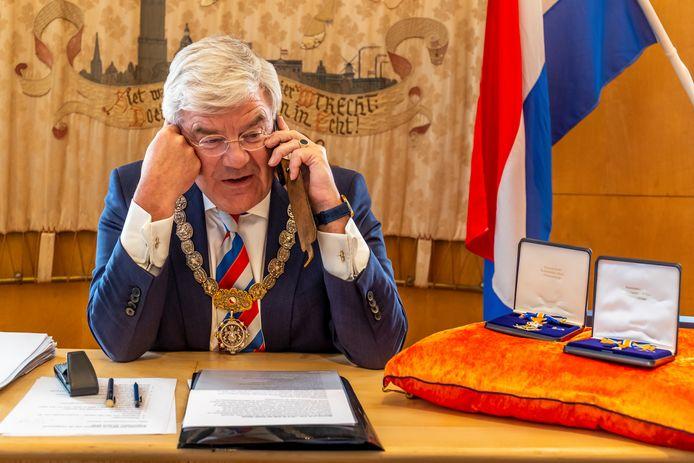 UTRECHT-Lintjesregen.Burgemeester van Utrecht Jan van Zanen belt vanuit de trouwzaal in het stadhuis mensen persoonlijk op die een lintje hebben gekregen.