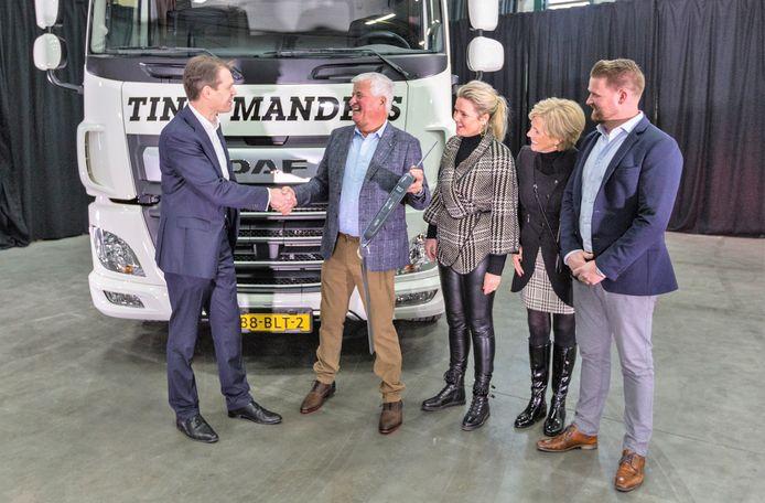 Directeur Operations Jos Habets (links) van DAF bij de overhandiging van de elektrische truck aan de familie Manders een jaar geleden.