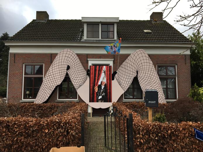Op de gevel van Mario en Edith Willems huis prijken een stel opgetrokken dijen.