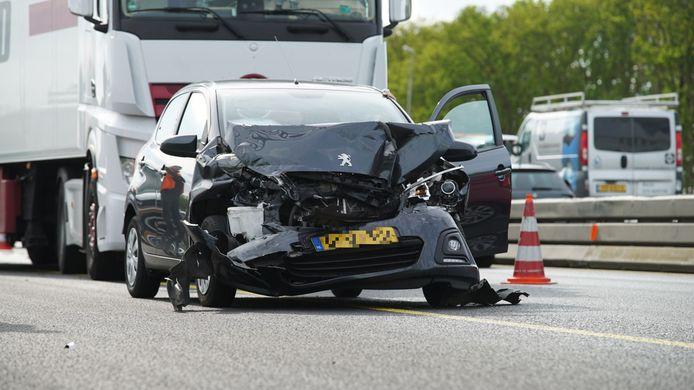 Een van de betrokken wagens op de A1.