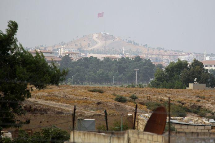 Un drapeau turc flottant près de Ras al-Aïn.