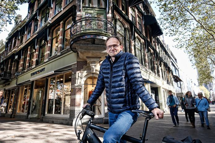 Hans Pieters voor het pand aan de Mariaplaats waar binnenkort een nieuw hotel komt.