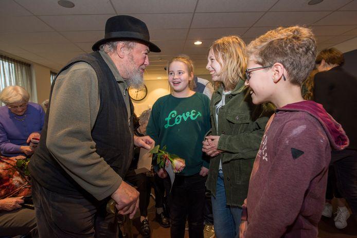 Gerard van Iersel met de kinderen die hem interviewden over zijn oorlogsherinneringen.