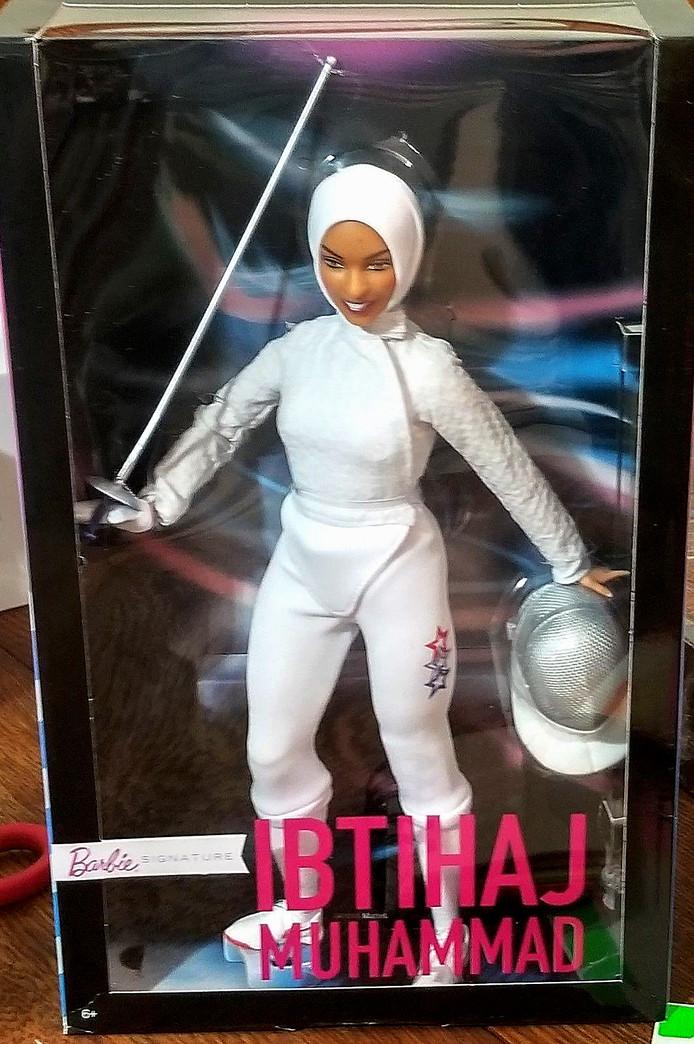Naar gelijkenis van Muhammad draagt haar plastic miniatuurversie een hoofddoek en schermpak en is ze gestyled met Nike schoenen, een gezichtsmasker en handschoenen.