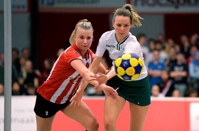 Brett Zuijdwegt (links) tegen haar nieuwe club PKC in duel met Mabel Havelaar.
